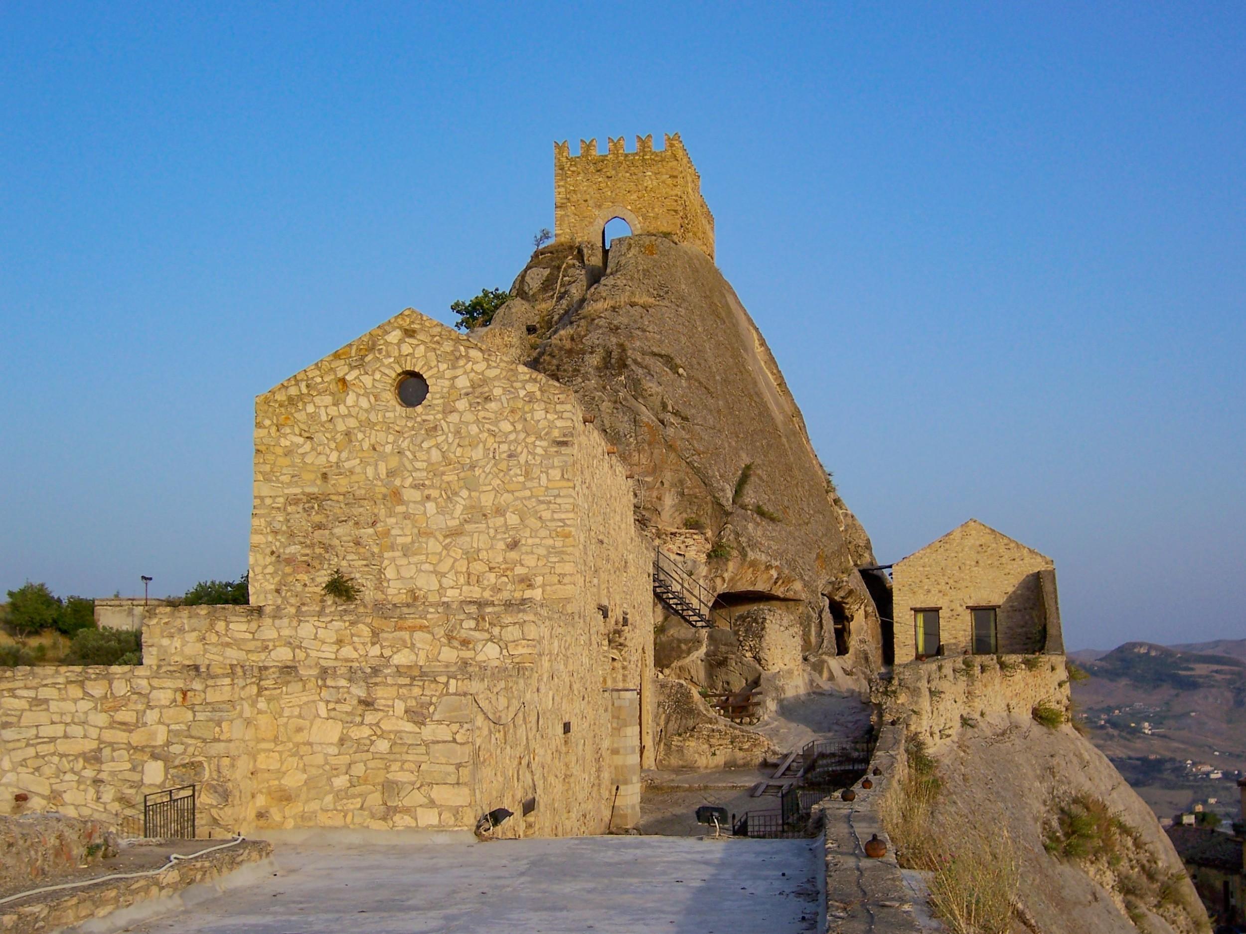 Le case nelle grotte di Sperlinga ed il Castello medievale nella ...